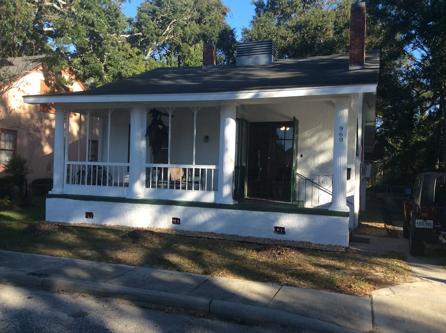 Sit on the Shady porch and enjoy the Gulf Breeze only 1/2 Block away