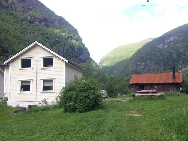 Hus til leige der Jotunheimen møter Sognefjorden!