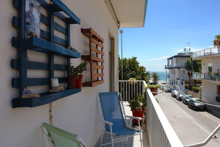 Un unico balcone gira su due lati dell'appartamento. Il mare è a 50 m! ///// A single balcony runs on two sides of the apartment. The sea is 50 m away!