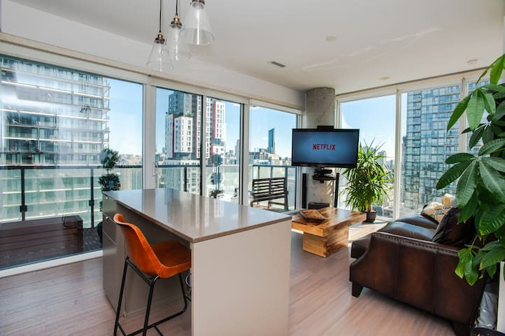 Luxurious Condo near CN Tower, Scotiabank Arena, Rogers Centre, TIFF with FREE PARKING