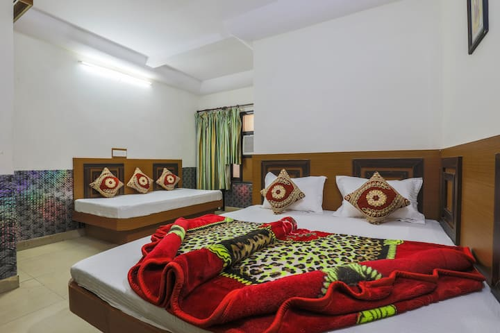 Sleeps 3 in a Pvt Room @ Paharganj near Railways