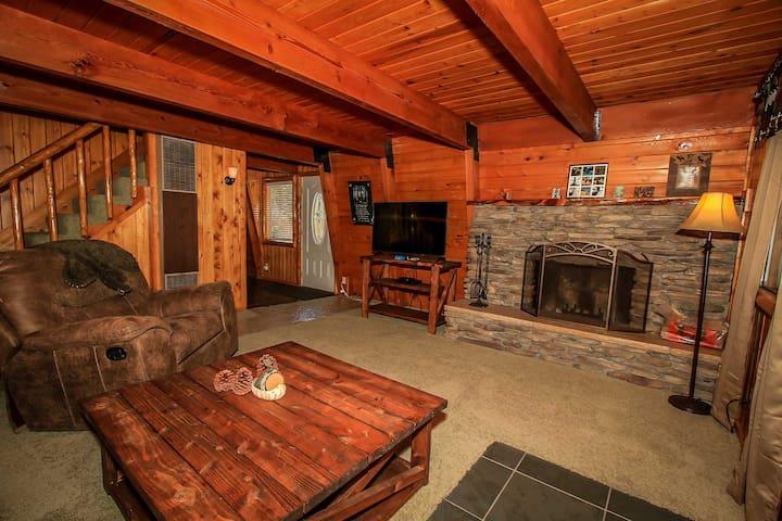 Moose Wonder~Two Story Retreat~Outdoor Spa~Foosball~Big Fenced Lot~Fireplace~ - Big Bear City - House