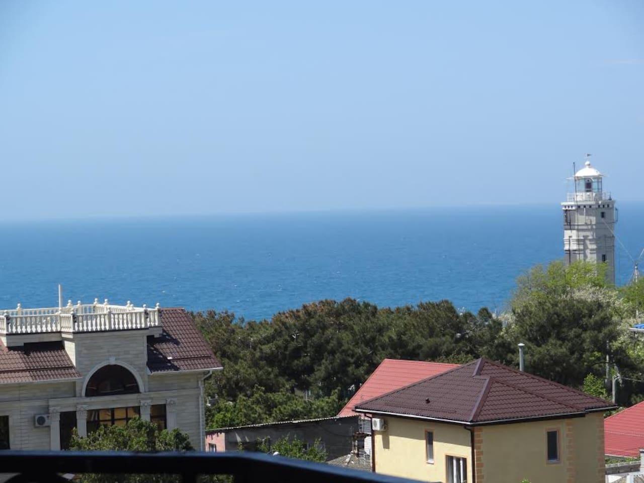 С балкона шикарный панорамный вид на море