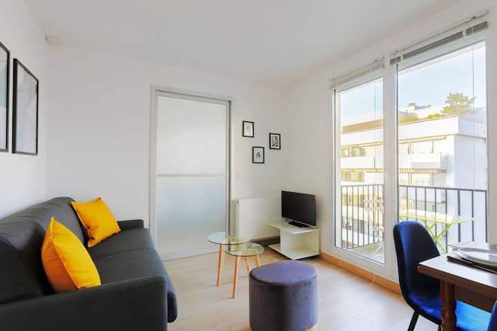 Lovely 1BR Flat with Balcony And Eiffel Tower View