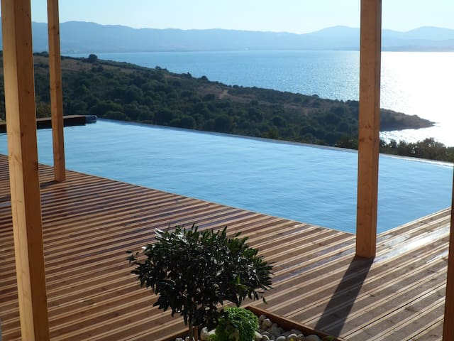 STUNNING luxury villa  with pool and the sea below - Sparto - Villa