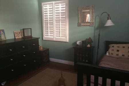 Private room in home - Monrovia - Casa