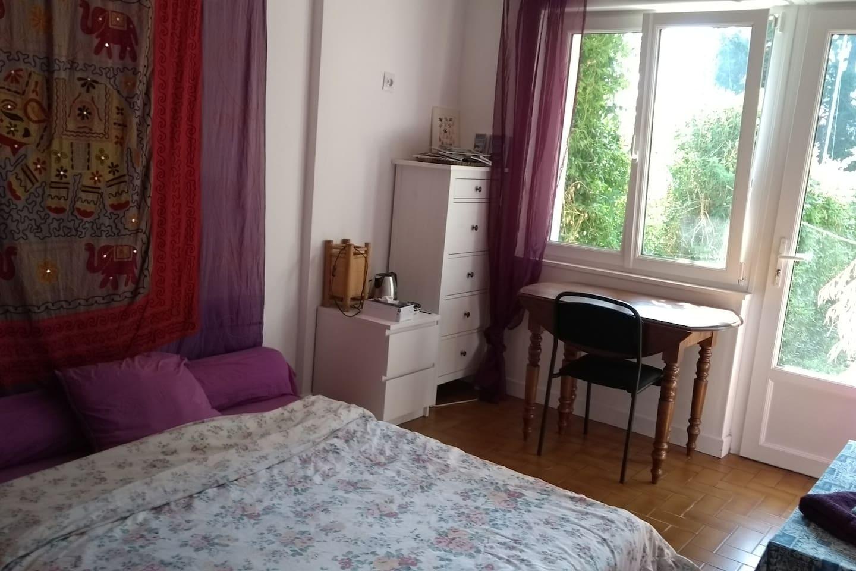 Chambre sur jardin, bureau et commode