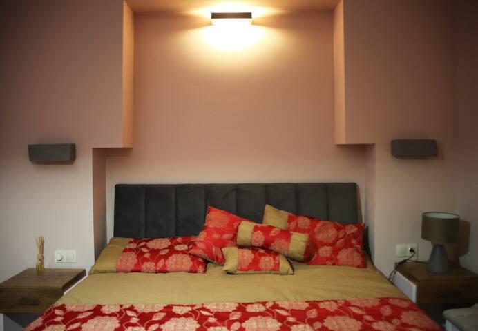 спальня с шикарным ортопедическим матрасом, праздничным постельным бельем и со специальными ортопедическими подушками «антистресс».