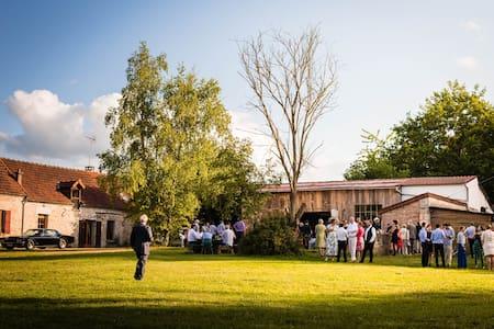 Maison bohème entourée de chapiteaux-5 à 40 places