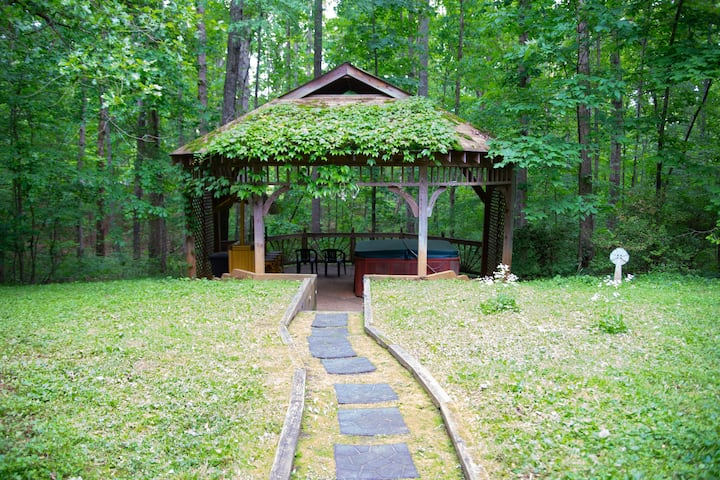 Shadow Wood! Hot Tub, WiFi Close to Parks & Cville