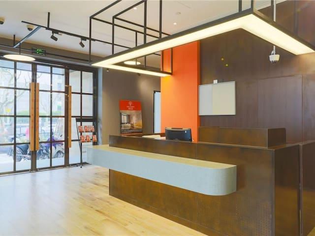 品质公寓,绝佳户型,简约精致;紧邻地铁周边配套醇熟;大窗全明,视野开阔。