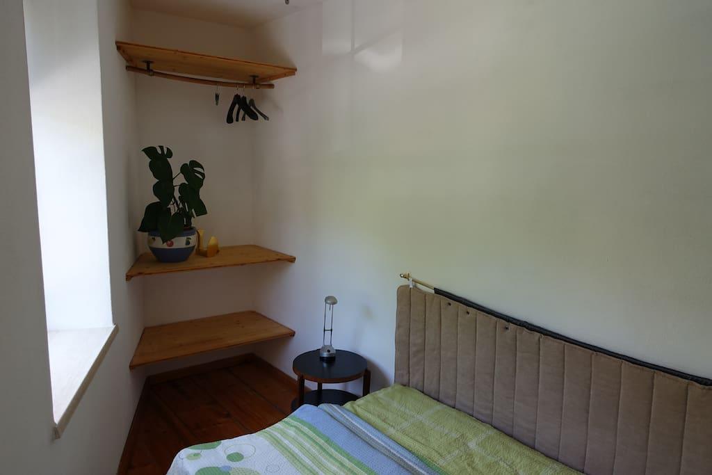 Das Wohn- und Schlafzimmer mit genügend Stauraum und einem Bett für 1 - 2 Personen (140 cm x 200 cm)