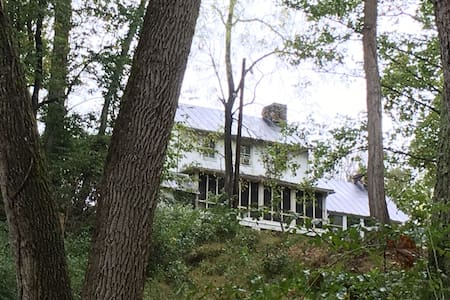 Charming Stonehouse in Heart of  D.C. Wine Country - Lovettsville - Huis