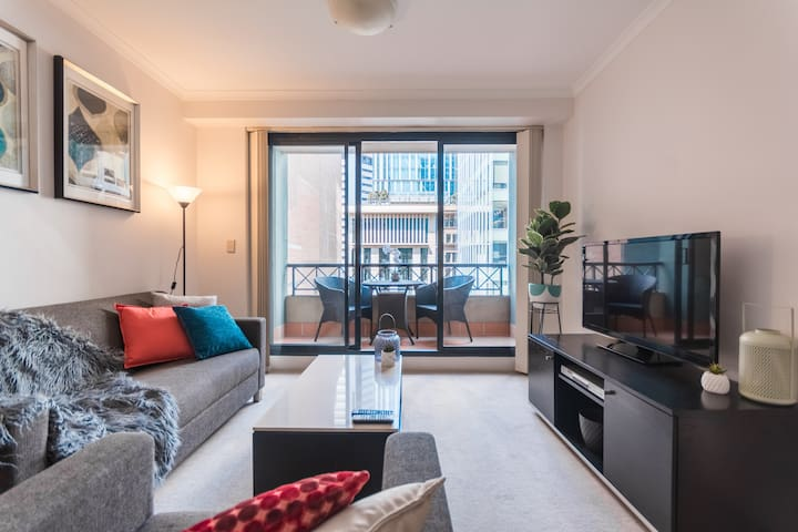 Walk to Martin Place 2mins from Spacious City Apt