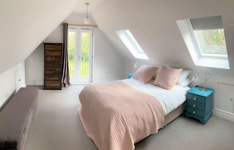 Piękny Aneks z 1 sypialnią w Kencie+2 łóżka dla dzieci