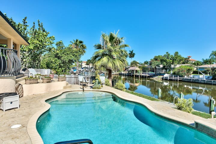 Private Pool Home Overlooking Canal in the Connors - Naples - House