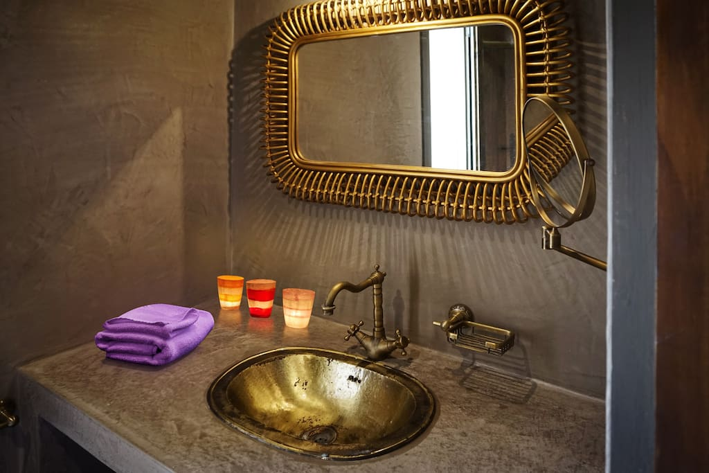 Salle de bain privative avec douche à l'italienne.