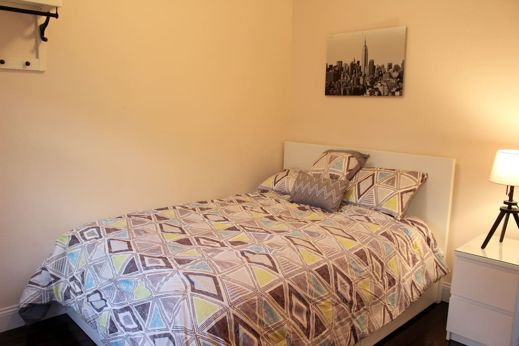 Full Sized Bed Comfortable Sheets and Pillows