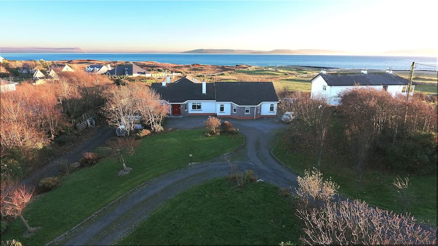 Direct Seaview. 5 km to Galway. Perfect for groups - Barna, Galway - Huis