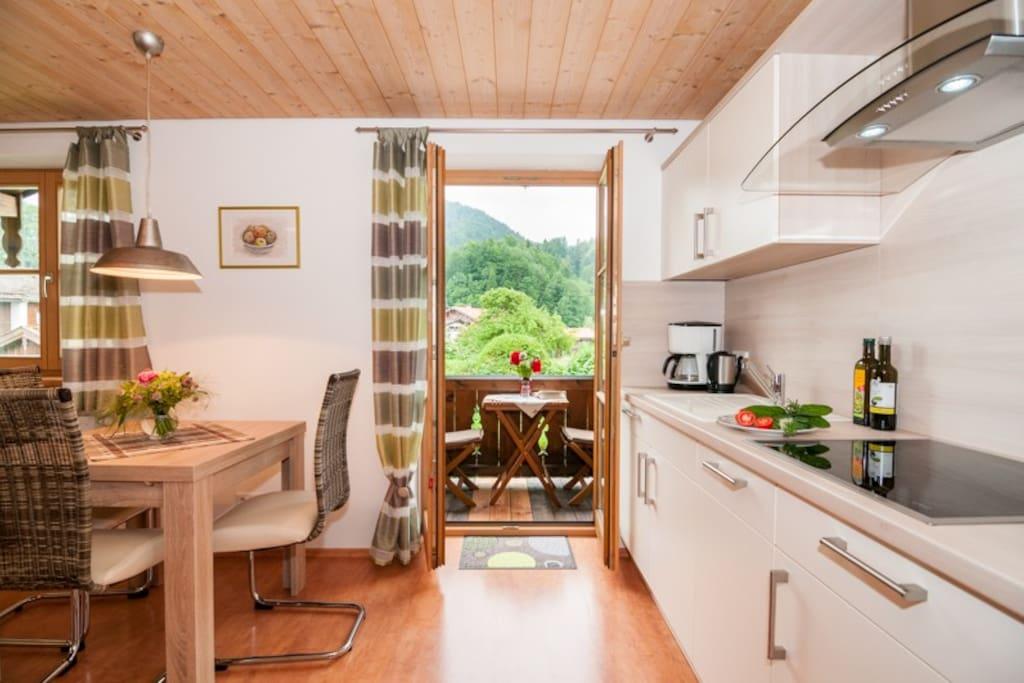 Offene Küche mit Balkonzugang