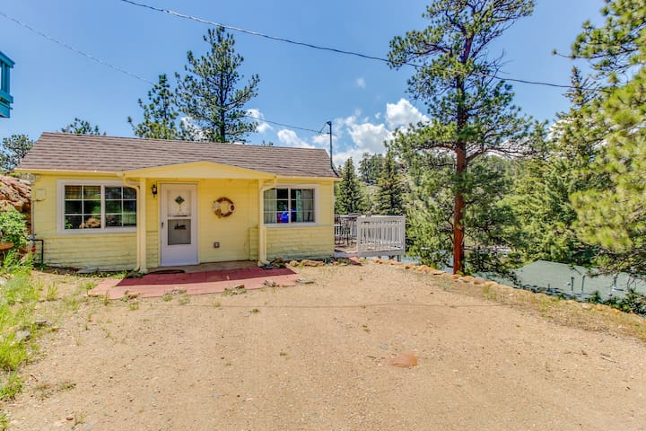 Classic cottage w/ deck & mountain/river views - one block to downtown!