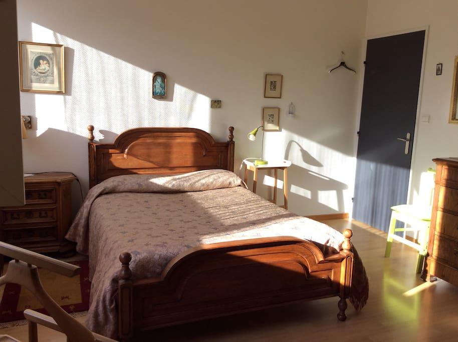 Chambre inondée de soleil le matin dès que vous ouvrez les volets