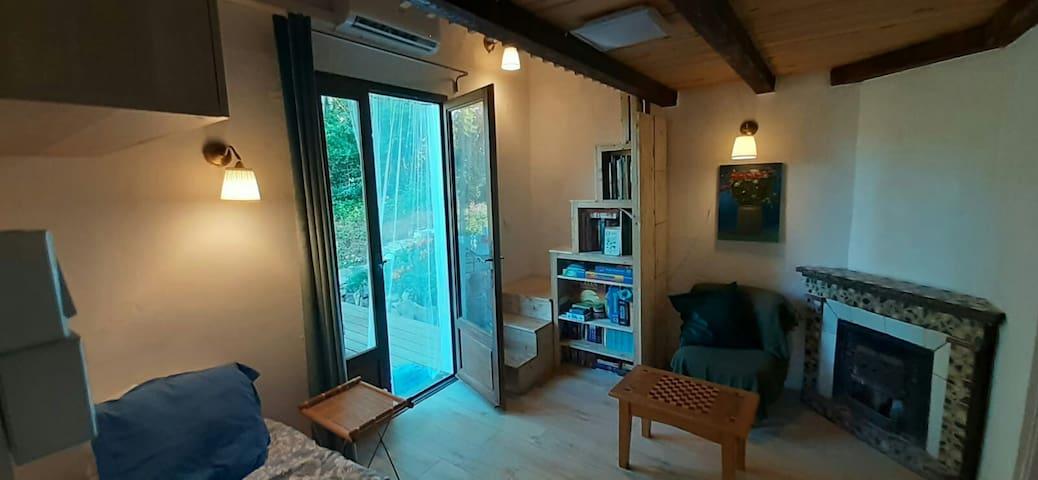 Salon, avec un fauteuil/lit une place, plié en position lit d´appoint