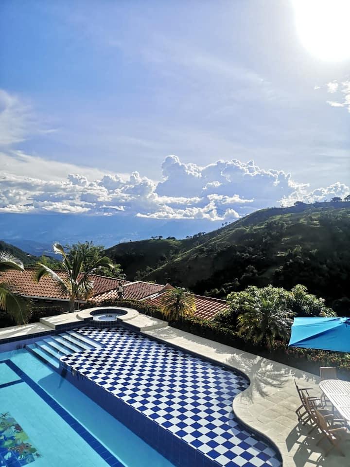 Hermosa villa con piscina privada  y sala de juego