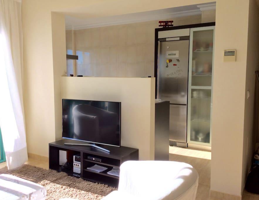 heldere woonkamer met open keuken