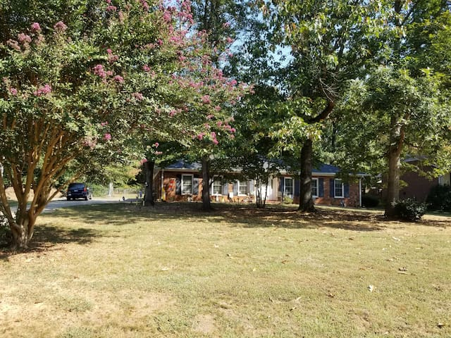 Lovely home in quiet neighborhood close to W/Salem
