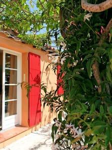 chambre dans mazet typique Nîmois - Nîmes - House