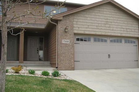 Unfurnished2bd/3.5 br townhome in GREAT LOCATION! - Sioux Falls