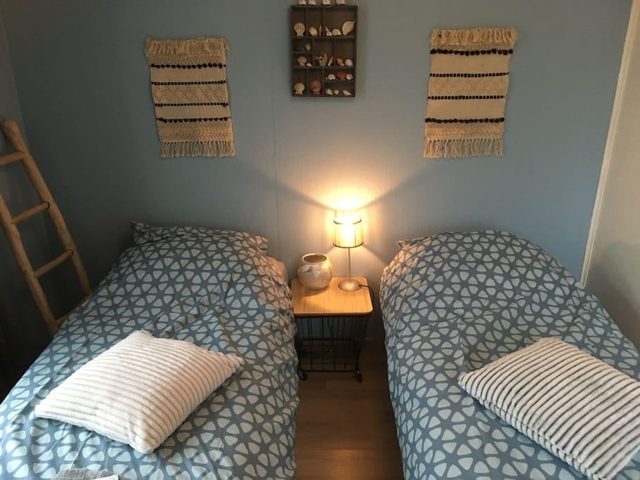 Easy Going Yoga Room, fijne één-à-tweepersoonskamer. Aan de achterzijde van het huis. Ruim en licht. Met luxe vouwbed 200x80 met dubbel  matras, kast, tafel en klapstoel. Full-body spiegel. Picknickset met bordjes, bekers, bestek, servetten en waterkoker, welkomsset: flesje water, oploskoffie, thee en koekjes.