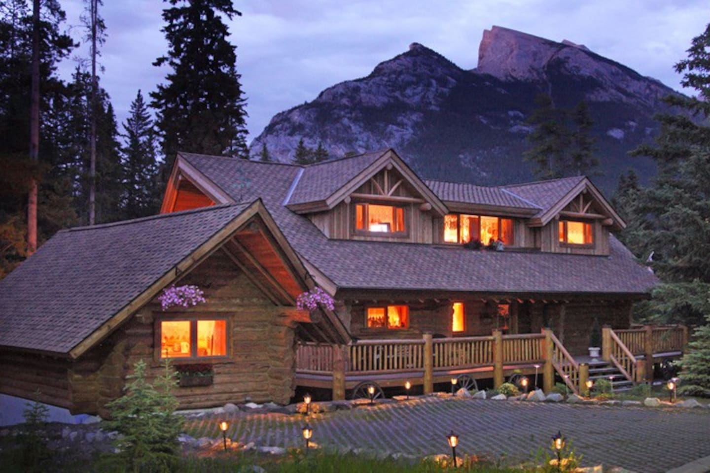 Private log cabin for 2 people max, next to the main house where the owners live.  Located in a beautiful residential area, close and within walking distance of downtown Banff, the Fairmont Banff Springs hotel and the Bow Falls.