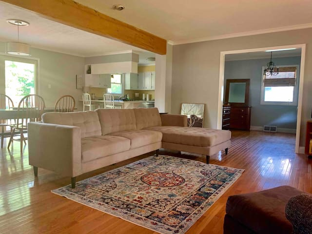 Cozy, quiet, house minutes from downtown and IU !