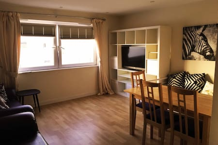 Modern apartment at great central location - Swindon