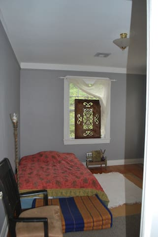 1 guest room facing street