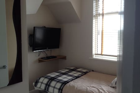 Modern, bright rooms near Brighton. - Portslade