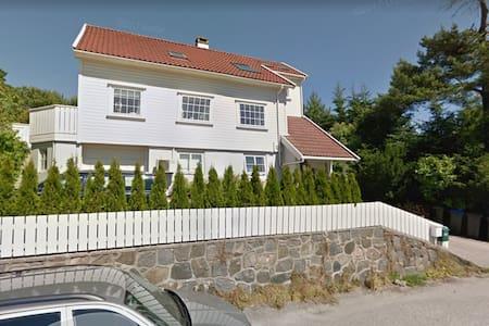Kjekk hybel sentralt i Grimstad