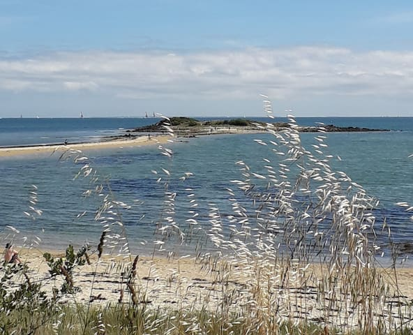A quelques pas de la superbe plage du Men Du
