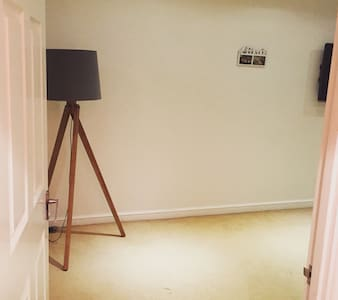 Clean and cosy 1 bedroom apartment - Egham - Apartment - 0