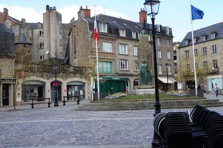 La Vieille Ville et le Château à deux pas