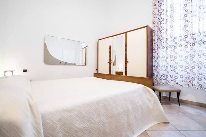 #1 Almond. Elegant vintage 60' double bed