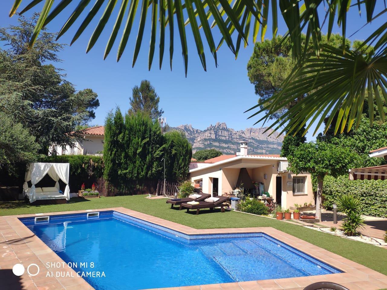 Habitación independiente con baño privado, con acceso a piscina y vistas al Monasterio de Montserrat.