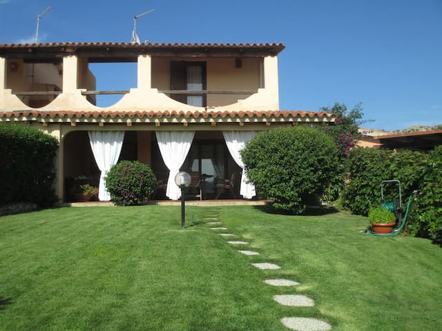 Villa vicina al mare con giardino - Baia Sardinia
