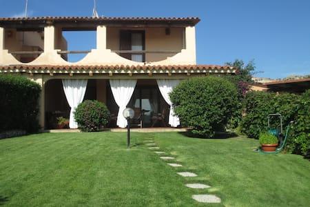 Villa vicina al mare con giardino - Baia Sardinia - Vila