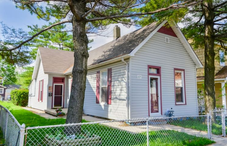 """Indy Bungalow"" - Walking Distance to Downtown - Indianapolis - House"