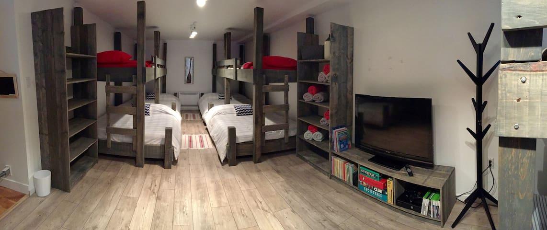Dortoir avec 6 lits Double superposé de 6 lits Simple. Xbox, films, livres, jeux de société, Beanbag pour amuser les enfants