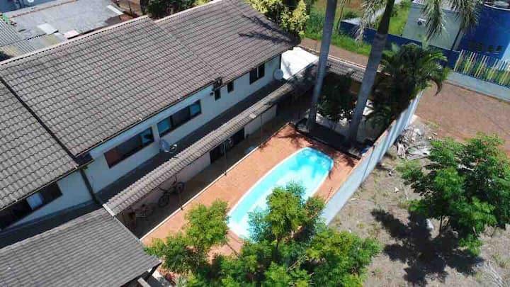 Quarto de hospedes em  linda casa com piscina