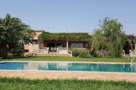 Magnifique Villa avec piscine. Très grand jardin. - Mediouna - Вилла